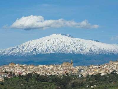 Вид на вулкан и городок Регальбуто