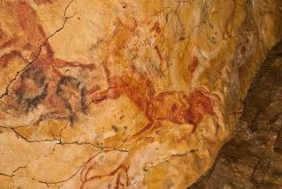 Древние наскальные рисунки в пещере