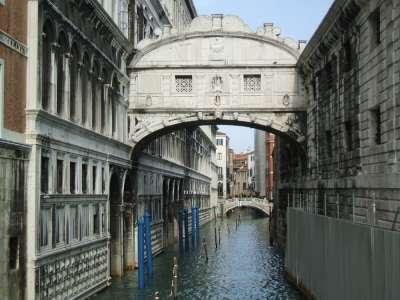 Мост соединяет тюрьму и Дворец Дожей