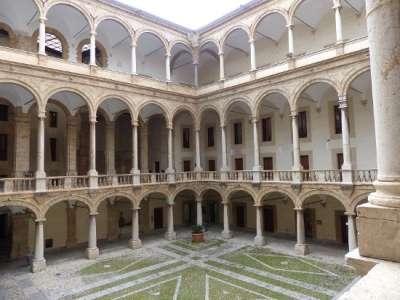 Норманнский дворец. Внутренний двор