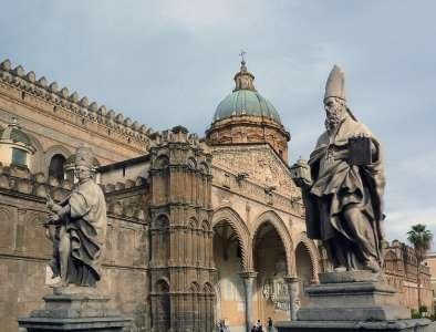 Статуи перед входом в собор