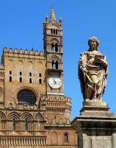 Статуя на фоне одной из башен-колоколен