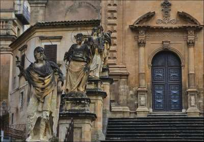 Статуи возле Собора Сан Пьетро