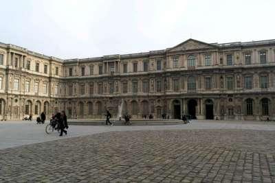 Квадратный двор Лувра