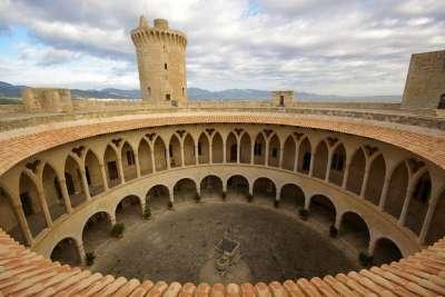 Круглые стены замка