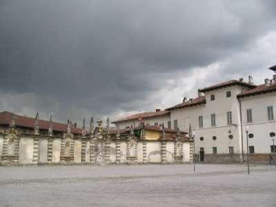 Площадь Piazza Essedra в Чезано-Мадерно