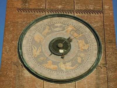 Астрономические часы на башне