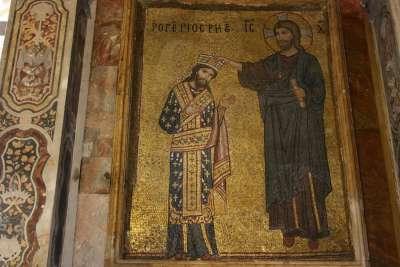 Иконы выполнены из мозаики