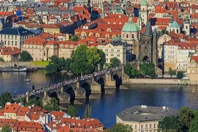 Вид на Карлов мост с Петршинской смотровой башни