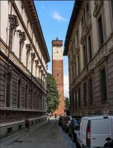 Средневековая башня на Площади Леонардо да Винчи