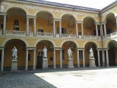 Университет Павии. Двор со скульптурами