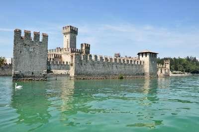 Вид на замок с озера