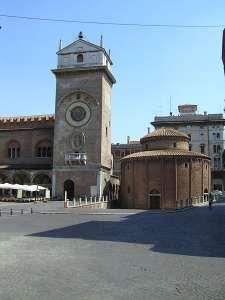 Ротонда и Башня с часами на площади делле Эрбе