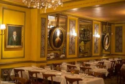 Стены с портретами знаменитых посетителей