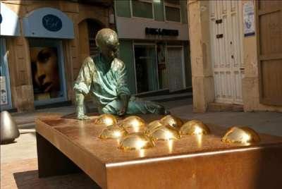 Памятник Гауди в городе Реус