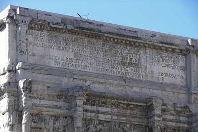Надпись на верхней части арки