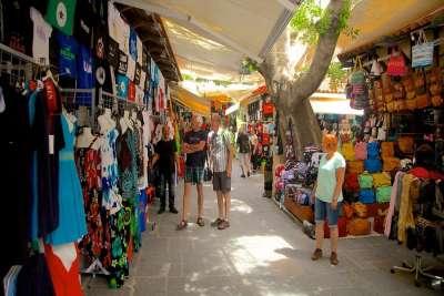 Продажа одежды и аксессуаров в старом городе