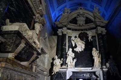 Скульптуры в церкви