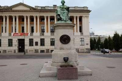 Фонтан Гигиеи перед библиотекой Рачинского