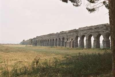 Акведук - древнее гидротехническое сооружение для подачи воды, аналог современного водопровода