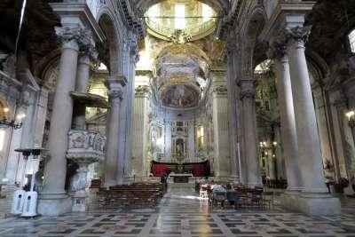 Базилика Сан Сиро внутри