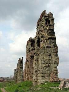 Руины древнего водопровода