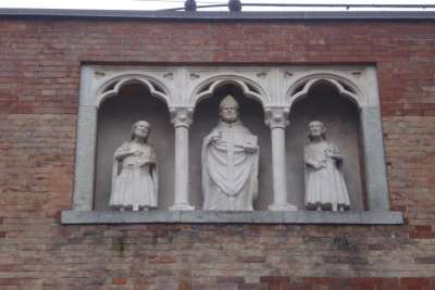 Скульптуры на воротах базилики
