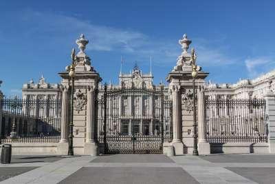 Ворота перед дворцом
