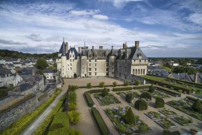 Вид на замок Ланже и сад