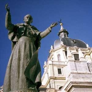 Памятник Juan Pablo II возле собора