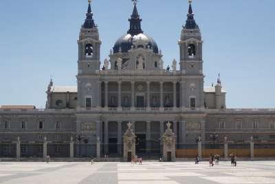 Площадь и Кафедральный собор в Мадриде