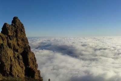 Скала в облаках