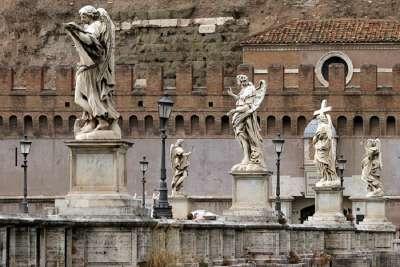 Скульптуры на мосту