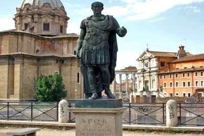 Статуя Цезаря в Риме