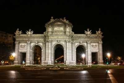 Ворота Алькала ночью