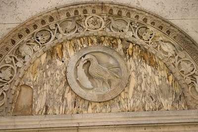 Барельеф на стенах дворца