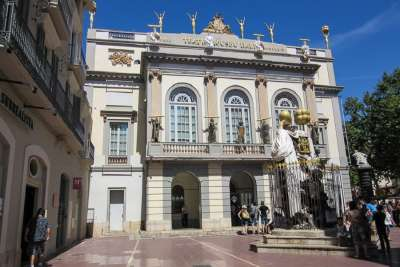 Фасад театра-музея Дали