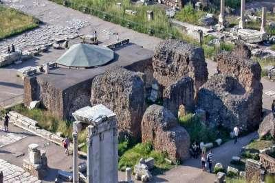 Руины Храма Цезаря
