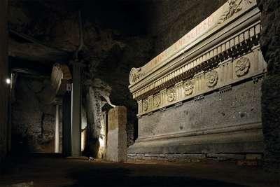 Саркофаги в гробнице