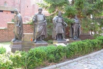 Статуи на территории замка