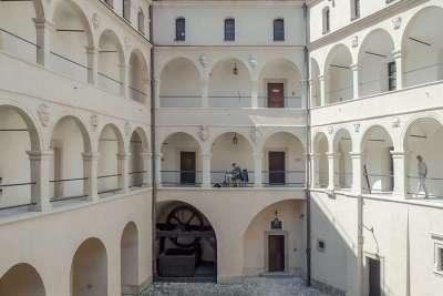 Арочный двор замка