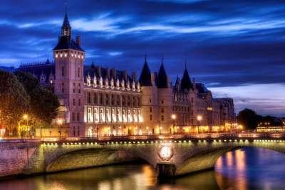 Вид на дворец ночью
