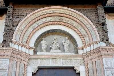 Барельеф над порталом собора