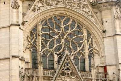 Окно и барельеф церкви