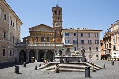 Фонтан и площадь перед собором