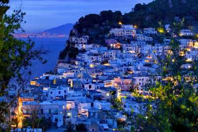 Столица острова ночью