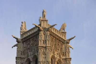 Скульптуры на крыше башни