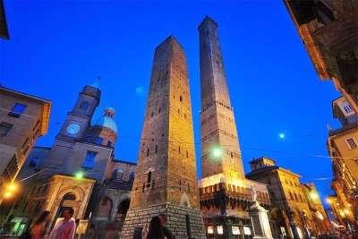 Две башни ночью
