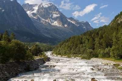 Река в горах Гранд-Жорас