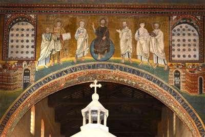 Мозаики внутри базилики